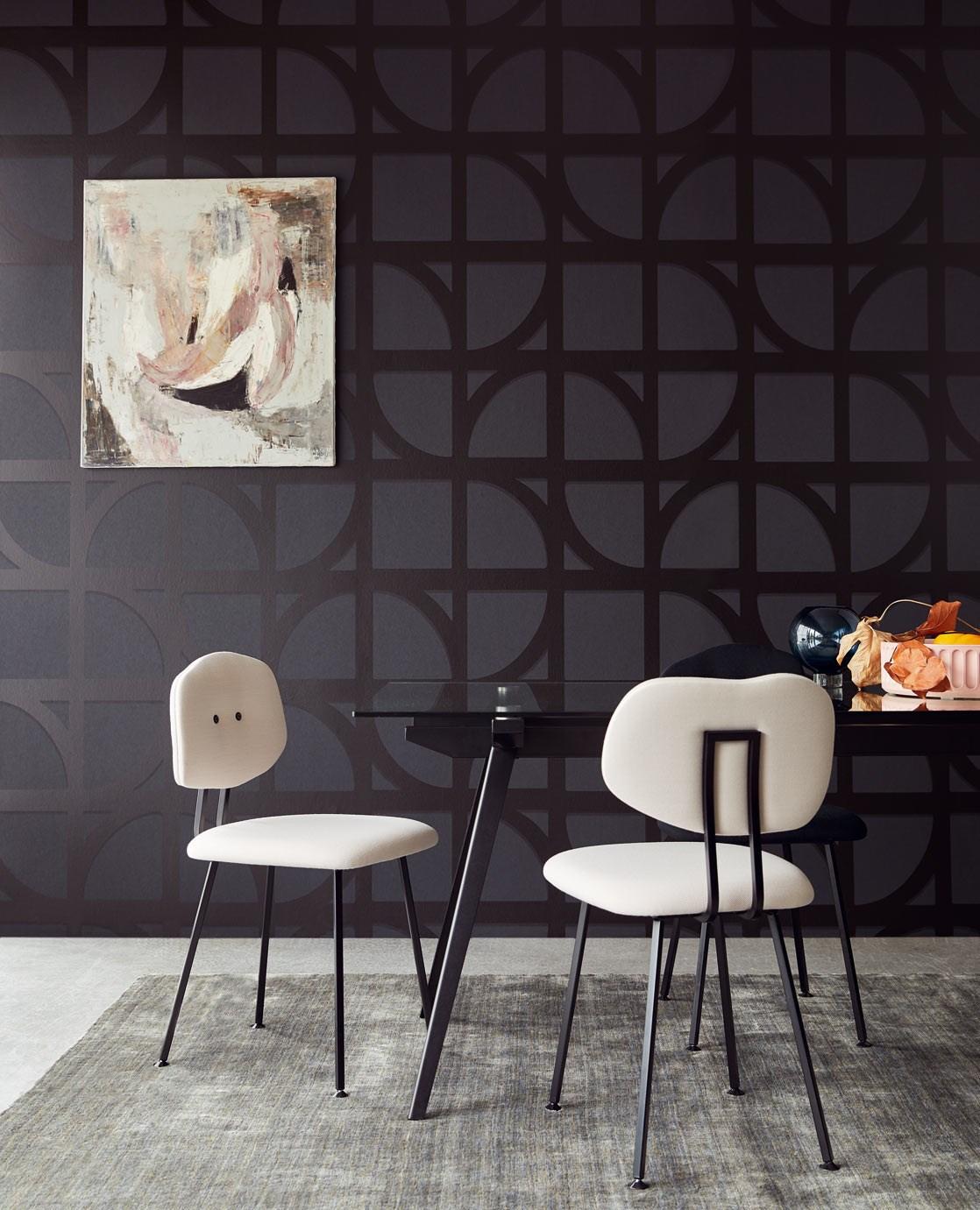 Masa sticla cu scaune din tapiterie alba pe picioare de fier