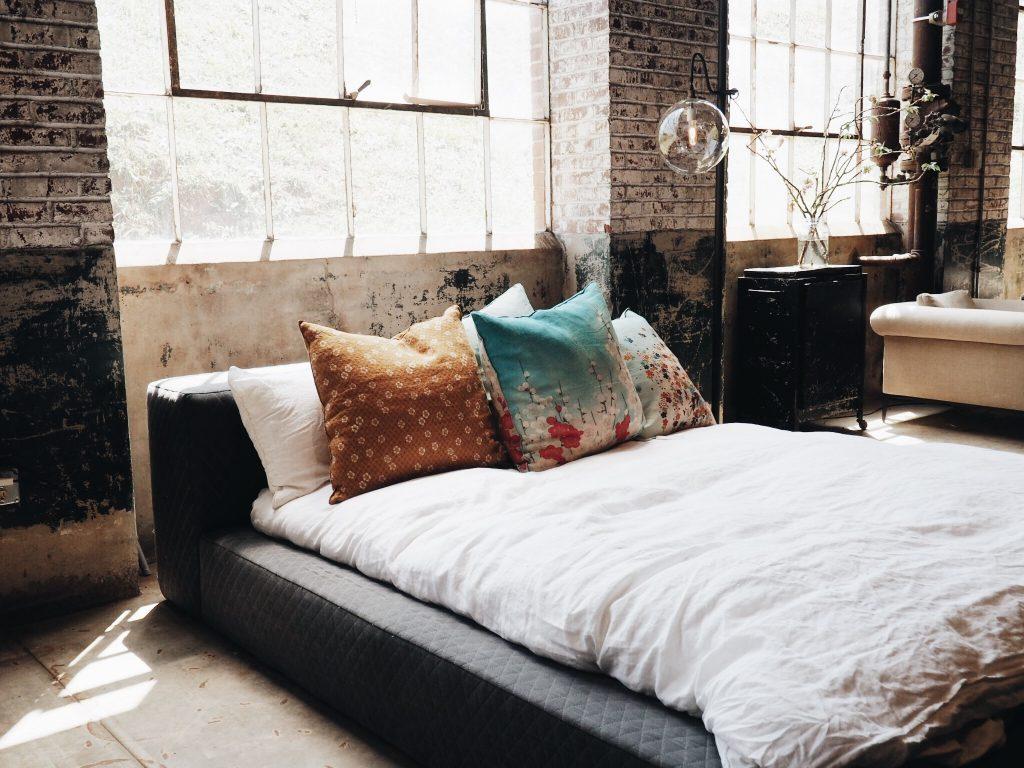 Dormitor amenajat in stilul industrial vintage